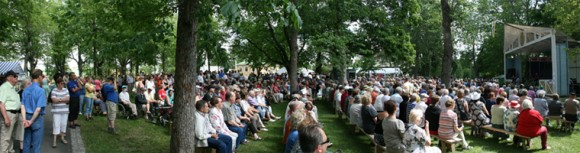 Sata-Häme Soi Audience in the Park
